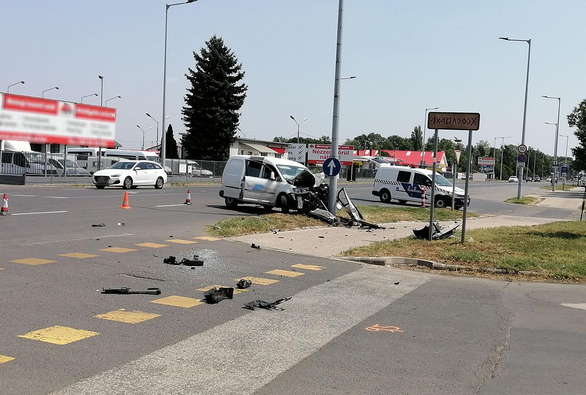 Oszlopnak ütközött egy autó Békéscsabán