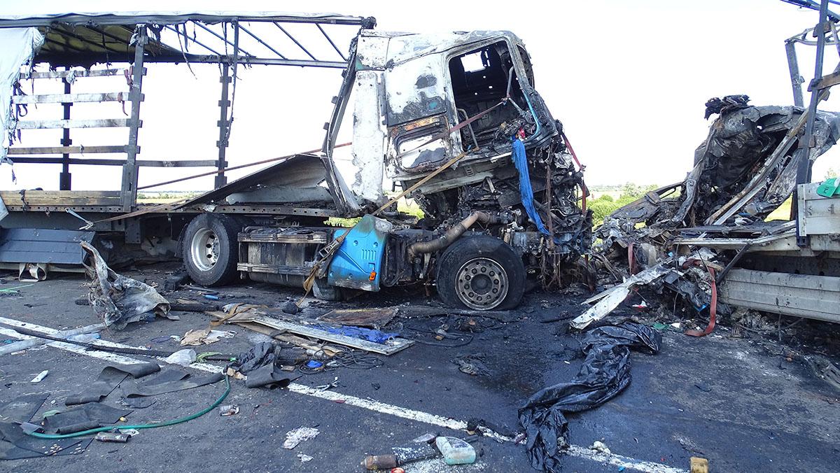 Két kamion összeütközött össze a 4-es úton, mindkét sofőr meghalt