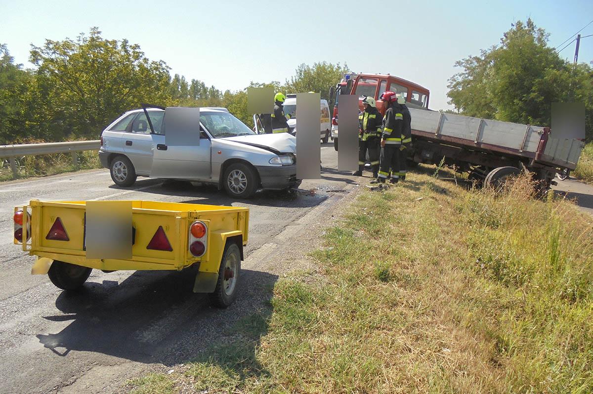 Teherautó és személyautó ütközött Békéscsaba és Békés között