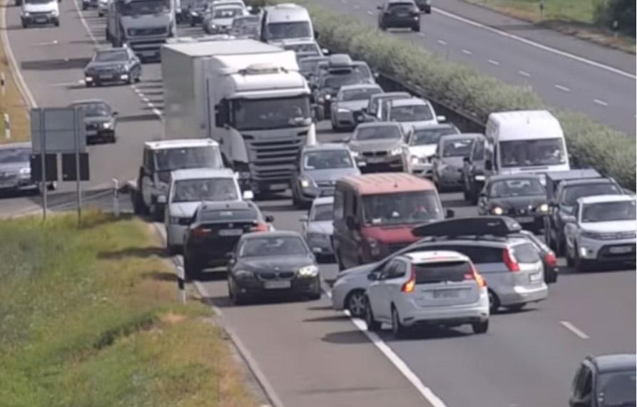 VIDEÓ: Több tucatnyian fordultak meg és tolattak vissza az M1-es és az M3-as autópályán