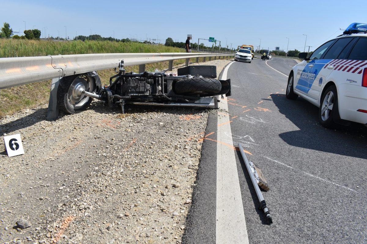 Szalagkorlátnak ütközött egy motoros, életveszélyes sérülést szenvedett