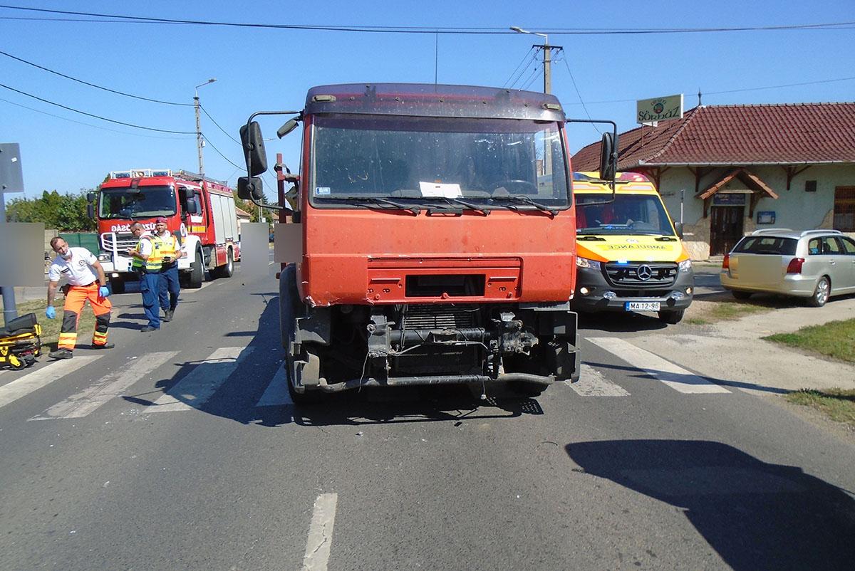 Tehergépkocsi és személyautó ütközött Békéscsabán