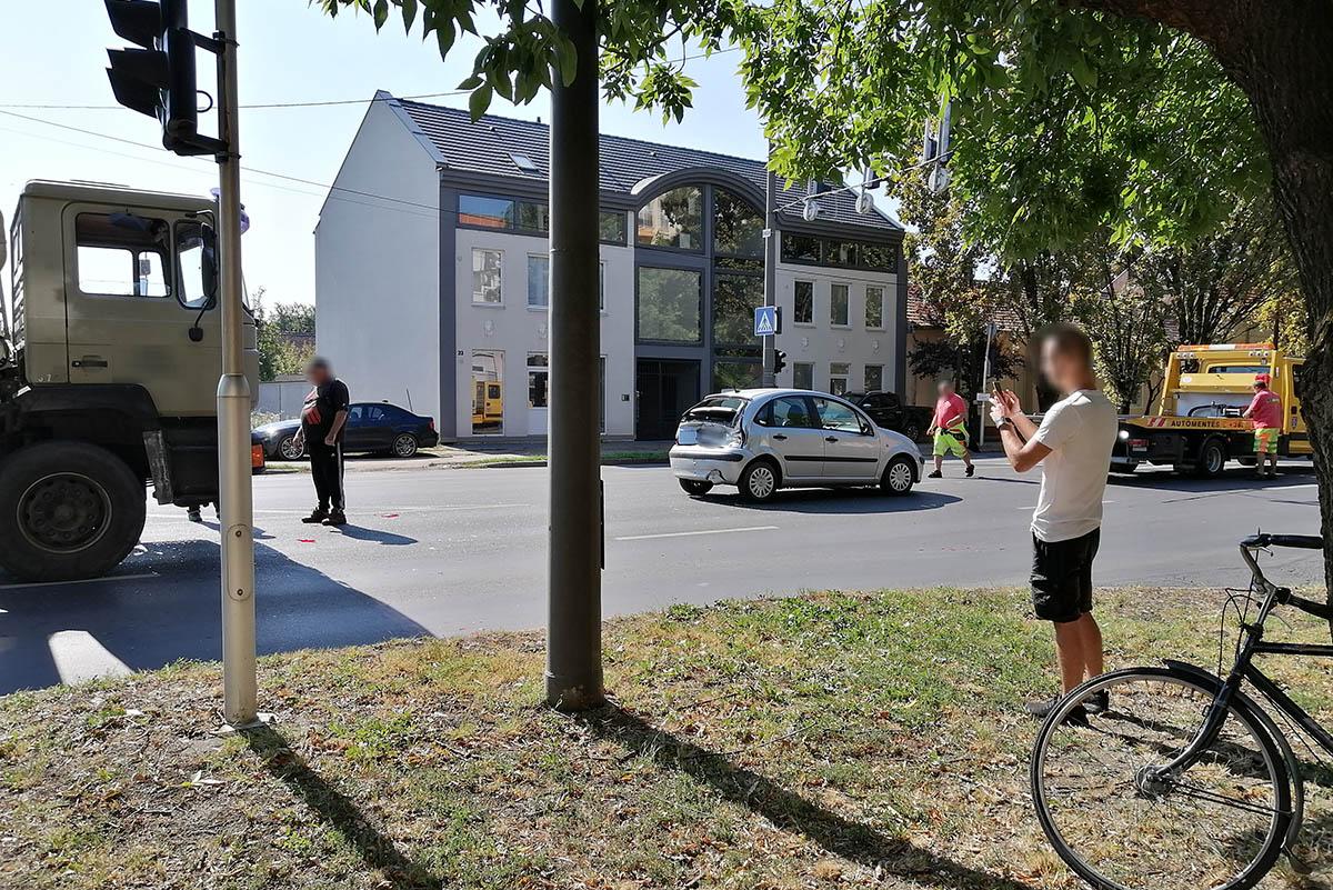 Teherautó és egy személyautó ütközött Békéscsabán