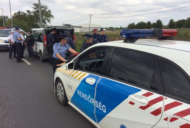 Tizennyolc határsértőt fogtak el a rendőrök Békéscsaba határában (VIDEÓ)