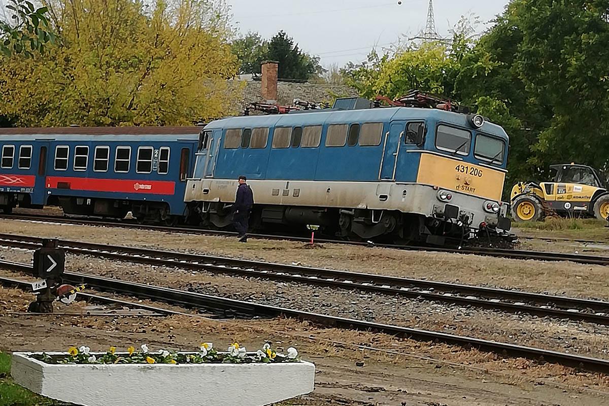 Kisiklott a Szegedről Békéscsaba irányába tartó személyvonat egyik mozdonya és egy személykocsija