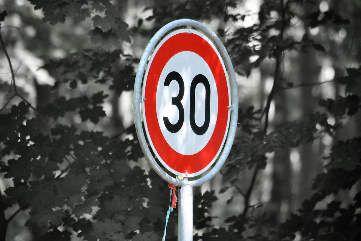 30 km/h-s sebességkorlátozás jöhet lakott területen